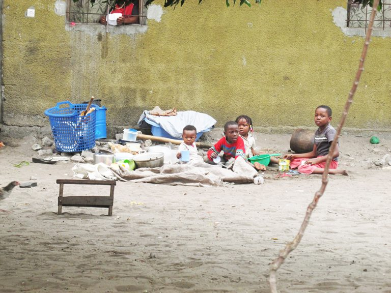 Bambini sulla sabbia in Africa