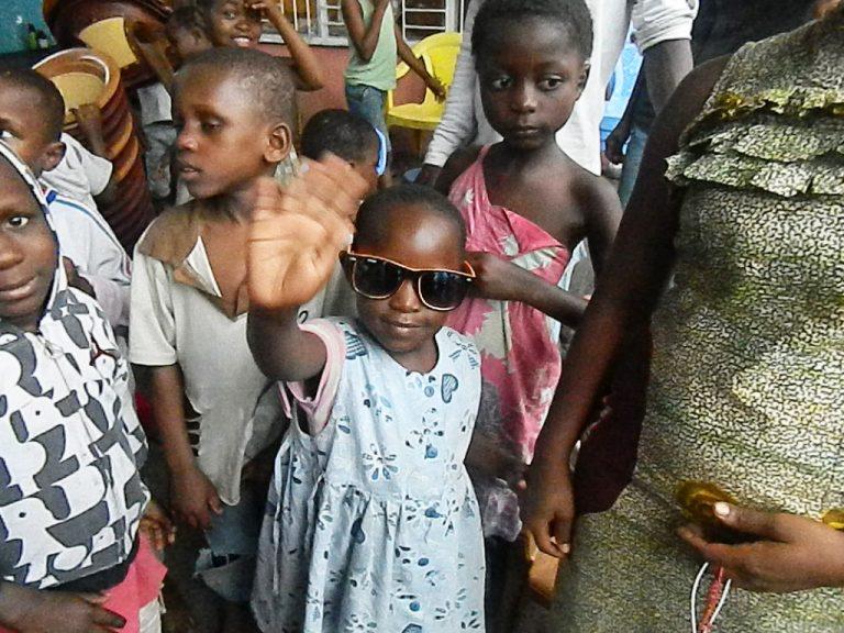 Bambina Congo occhiali