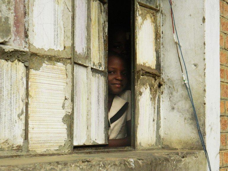 Bambino Africa finestra