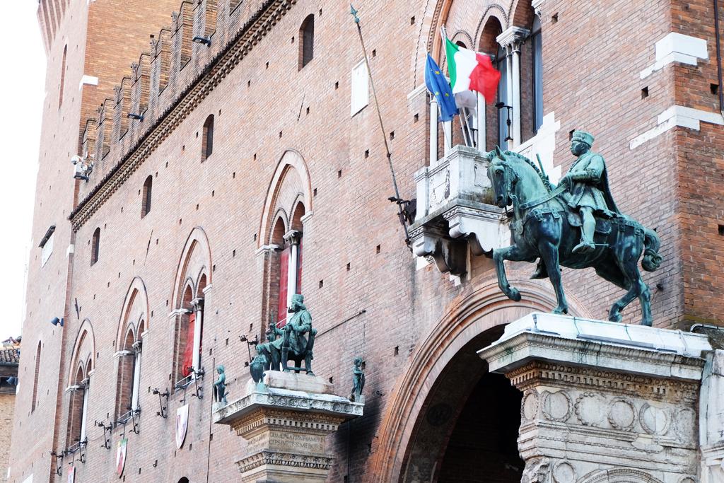 Ferrara statue in città
