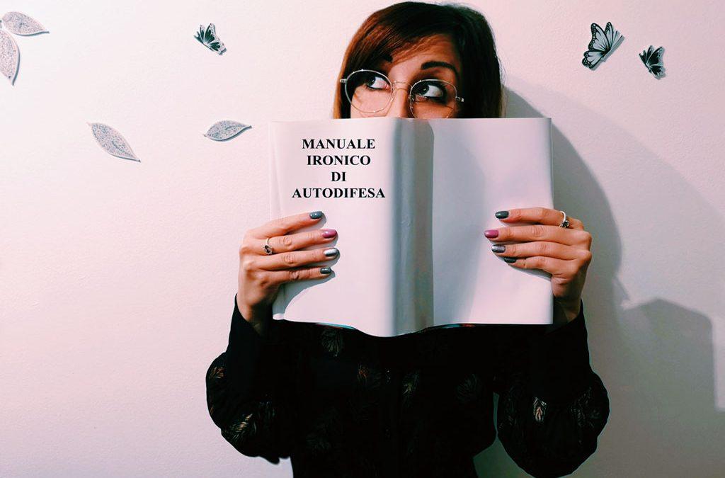 Manuale ironico di autodifesa: 7 frasi che smascherano le persone false